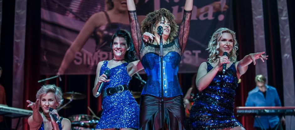 """""""TINA – DIE SHOW"""" bringt den einzigartigen Sound der Queen of Rock noch einmal live auf die Bühne! Den Besucher erwartet ein Konzerterlebnis der Sonderklasse, welches  man auf keinen Fall versäumen sollte!"""